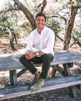 Как и с чем носить: белая классическая рубашка, темно-зеленые брюки чинос, серые замшевые ботинки дезерты, коричневые кожаные часы