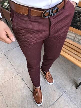 Как и с чем носить: белая классическая рубашка, темно-красные брюки чинос, коричневые кожаные лоферы с кисточками, коричневый кожаный ремень