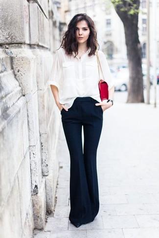 Как и с чем носить: белая шелковая классическая рубашка, темно-синие брюки-клеш, черные кожаные туфли, красная кожаная сумка-саквояж