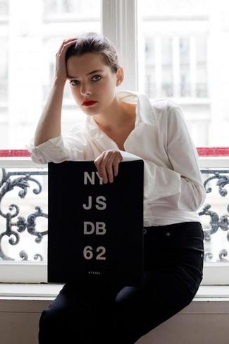 Белая классическая рубашка и темно-синие джинсы несомненно украсят твой гардероб.