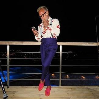 Как и с чем носить: белая классическая рубашка с принтом, темно-синие классические брюки, ярко-розовые замшевые лоферы, серые подтяжки