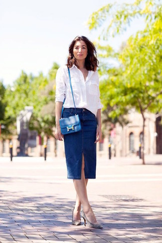 Как и с чем носить: белая классическая рубашка, темно-синяя джинсовая юбка-карандаш, бело-черные кожаные туфли в горизонтальную полоску, синяя кожаная сумка через плечо