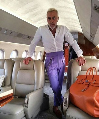 Как и с чем носить: белая классическая рубашка, фиолетовые классические брюки, темно-коричневые замшевые лоферы, оранжевая кожаная большая сумка