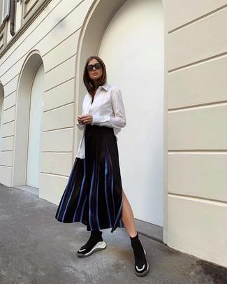 Как и с чем носить: белая классическая рубашка, черная юбка-миди в вертикальную полоску, черно-белые кроссовки