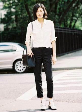 Как и с чем носить: белая классическая рубашка, черные узкие брюки, белые кожаные ботильоны с вырезом, черная кожаная сумка через плечо