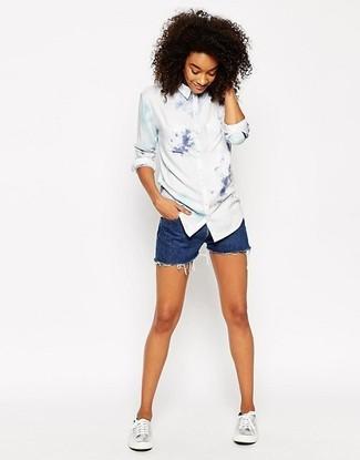 Как и с чем носить: белая классическая рубашка c принтом тай-дай, синие джинсовые шорты, серебряные кожаные низкие кеды