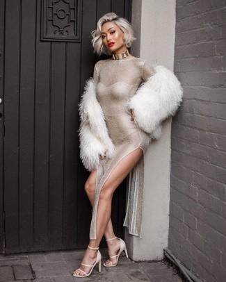 Модный лук: Белая короткая шуба, Серебряное платье-макси с разрезом, Белые кожаные босоножки на каблуке, Золотое ожерелье-чокер