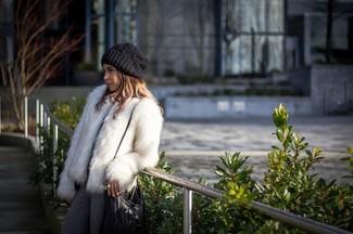 Белая короткая шуба и серые джинсы — прекрасный вариант для прогулки с друзьями или шоппинга.