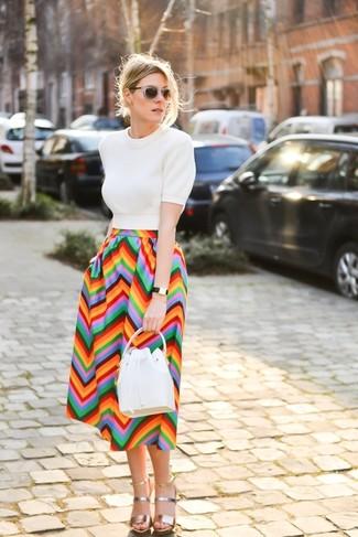 Как и с чем носить: белая кофта с коротким рукавом, разноцветная юбка-миди с узором зигзаг, золотые кожаные босоножки на каблуке, белая кожаная сумка-мешок