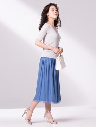 Как и с чем носить: белая кофта с коротким рукавом, синяя юбка-миди со складками, серебряные кожаные босоножки на каблуке, белая кожаная большая сумка