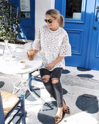 Как и с чем носить: белая кружевная блуза с коротким рукавом, темно-серые рваные джинсы скинни, светло-коричневые замшевые балетки с леопардовым принтом