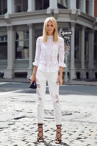 Как и с чем носить: белая кружевная блузка с длинным рукавом, белые рваные джинсы-бойфренды, черные кожаные гладиаторы