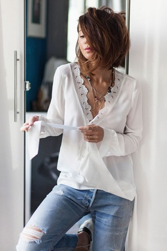 Как и с чем носить: белая кружевная блузка с длинным рукавом, голубые рваные джинсы, серебряная подвеска