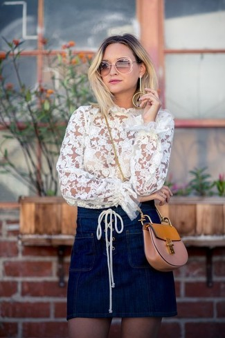 Как и с чем носить: белая кружевная блузка с длинным рукавом, темно-синяя джинсовая мини-юбка, светло-коричневая кожаная сумка через плечо
