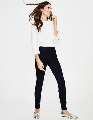 Как и с чем носить: белая кружевная блузка с длинным рукавом с рюшами, черные джинсы скинни, серебряные кожаные лоферы c бахромой
