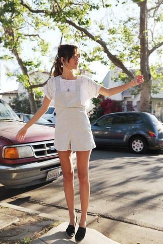 Черные эспадрильи из плотной ткани: с чем носить и как сочетать женщине: Если в одежде ты ценишь комфорт и функциональность, белая кружевная футболка с круглым вырезом и белые шорты-комбинезон — прекрасный вариант для стильного наряда на каждый день. Пара черных эспадрилий из плотной ткани очень органично интегрируется в этот ансамбль.
