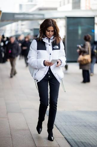 Как и с чем носить: белая куртка-пуховик, черные узкие брюки, черные кожаные туфли, черные носки