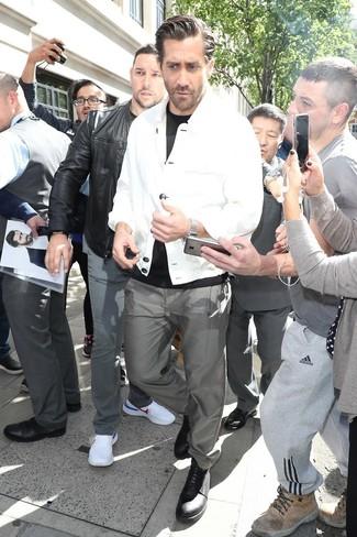 Как и с чем носить: белая куртка-рубашка, черная футболка с круглым вырезом, серые брюки чинос, черные кожаные туфли дерби