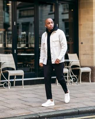 Мужские луки: Белая куртка-рубашка в паре с черными брюками чинос подойдет для свидания с подругой или похода в бар с друзьями. Почему бы не добавить в этот образ немного фривольности с помощью белых кожаных низких кед?