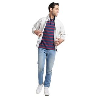 Как и с чем носить: белая куртка харрингтон, темно-синяя футболка-поло в горизонтальную полоску, голубые джинсы, белые кожаные низкие кеды