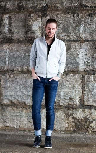 Как и с чем носить: белая куртка харрингтон, черная футболка с v-образным вырезом, темно-синие зауженные джинсы, черные кожаные ботинки дезерты