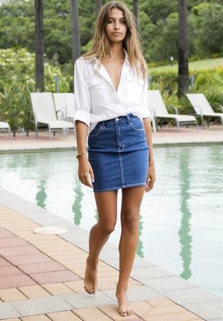 Как и с чем носить: белая льняная классическая рубашка, синяя джинсовая мини-юбка