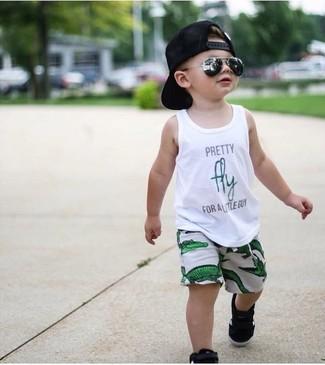 Как и с чем носить: белая майка с принтом, зеленые шорты, черные кеды, черная бейсболка