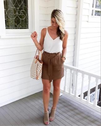 Как и с чем носить: белая майка, коричневая мини-юбка, серые замшевые ботильоны с вырезом, серая большая сумка из плотной ткани с геометрическим рисунком