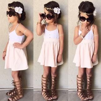 Как и с чем носить: белая майка, розовая юбка, темно-коричневые босоножки