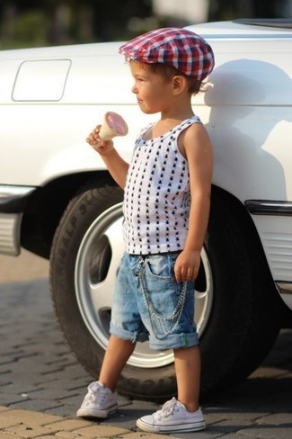 Как и с чем носить: белая майка в горошек, синие джинсовые шорты, белые кеды, бело-красно-синяя шляпа