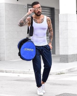 Как и с чем носить: белая майка, темно-синие спортивные штаны, белые низкие кеды, синяя дорожная сумка