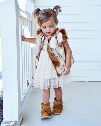 Как и с чем носить: белая меховая безрукавка, белое кружевное платье, светло-коричневые замшевые ботинки c бахромой