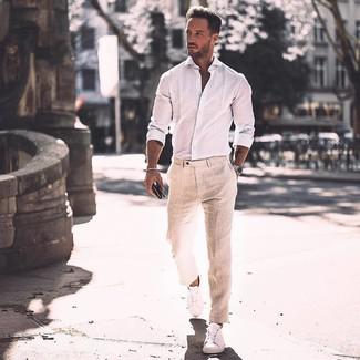 Как и с чем носить: белая рубашка с длинным рукавом, бежевые льняные классические брюки, белые кожаные низкие кеды, серебряные часы