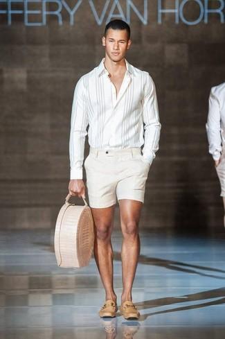 Как и с чем носить: белая рубашка с длинным рукавом в вертикальную полоску, бежевые шорты, светло-коричневые кожаные лоферы, бежевая кожаная большая сумка
