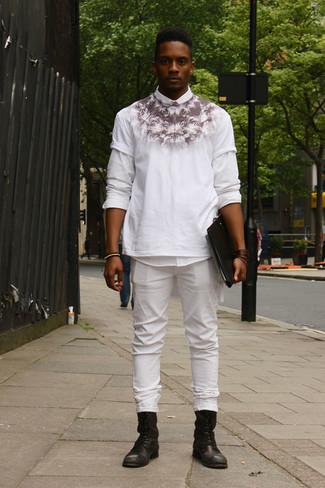 Как и с чем носить: белая рубашка с длинным рукавом, бело-черная футболка с круглым вырезом с принтом, белые джинсы, черные кожаные повседневные ботинки