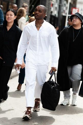 Как и с чем носить: белая рубашка с длинным рукавом, белые брюки чинос, бежевые кроссовки, черная кожаная дорожная сумка