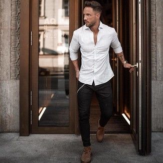 Как и с чем носить: белая рубашка с длинным рукавом в вертикальную полоску, черные зауженные джинсы, коричневые кожаные повседневные ботинки