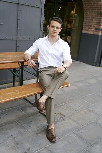 Как и с чем носить: белая рубашка с длинным рукавом, коричневые классические брюки, коричневые кожаные лоферы с кисточками, темно-коричневые кожаные часы