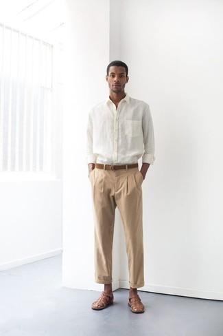 Мужские луки: Комбо из белой рубашки с длинным рукавом и светло-коричневых брюк чинос вне всякого сомнения будет обращать на себя внимание прекрасного пола. Такой лук несложно адаптировать к повседневным нуждам, если закончить его коричневыми кожаными сандалиями.