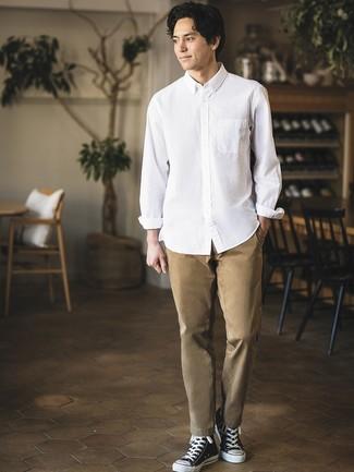 Как и с чем носить: белая рубашка с длинным рукавом, светло-коричневые брюки чинос, черно-белые высокие кеды из плотной ткани