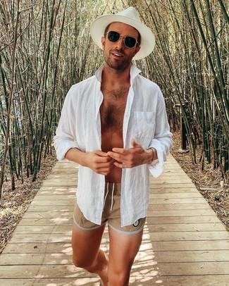 Как и с чем носить: белая льняная рубашка с длинным рукавом, светло-коричневые шорты для плавания, белая соломенная шляпа, черные солнцезащитные очки