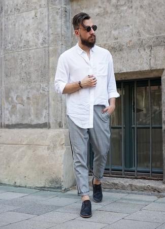 Как и с чем носить: белая рубашка с длинным рукавом, серые брюки чинос в шотландскую клетку, черные кожаные туфли дерби, черные солнцезащитные очки