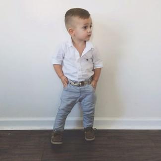Как и с чем носить: белая рубашка с длинным рукавом, серые джинсы, темно-коричневые топсайдеры