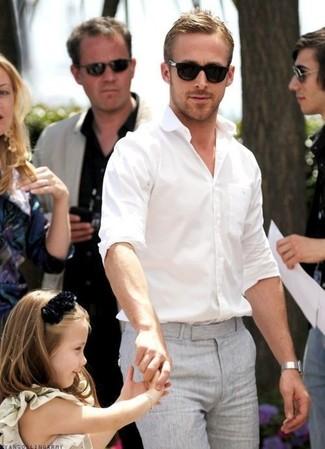 Как Ryan Gosling носит Белая рубашка с длинным рукавом, Серые классические брюки