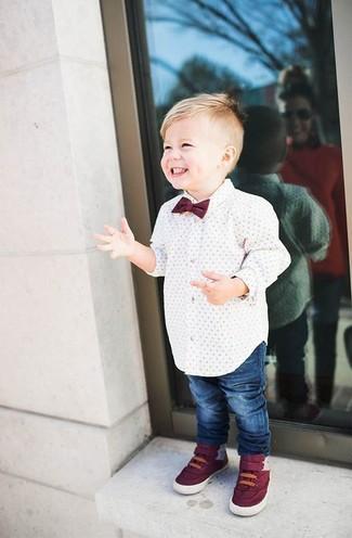 Как и с чем носить: белая рубашка с длинным рукавом, синие джинсы, темно-красные кеды, темно-красный галстук-бабочка