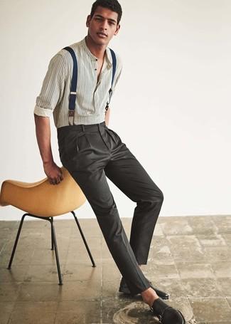 Как и с чем носить: белая рубашка с длинным рукавом в вертикальную полоску, темно-серые классические брюки, черные кожаные монки с двумя ремешками, темно-синие подтяжки