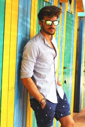 Как и с чем носить: белая рубашка с длинным рукавом в вертикальную полоску, темно-сине-белые шорты с принтом, желтые солнцезащитные очки, зелено-красные нейлоновые часы в горизонтальную полоску