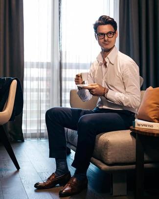 Как и с чем носить: белая рубашка с длинным рукавом, темно-синие классические брюки, коричневые кожаные лоферы, темно-синие носки
