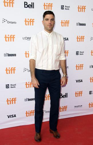 Как и с чем носить: белая рубашка с длинным рукавом в вертикальную полоску, темно-синие классические брюки, коричневые кожаные туфли дерби, серебряные часы