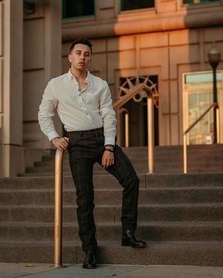 Мужские луки: Белая рубашка с длинным рукавом и черные брюки чинос в клетку чудесно подходят для воплощения городского образа на каждый день. Такой ансамбль получит новое прочтение в сочетании с черными кожаными ботинками челси.